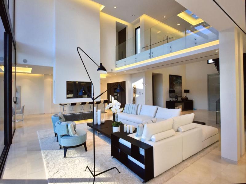 Salón con sofás en blanco